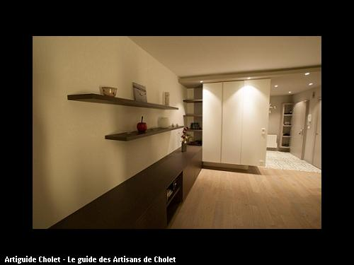 Agencement sur mesure de meuble en mélaminé coloris marron avec tiroirs et étagères sur fixation invisible.