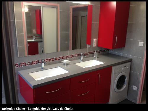 Fabrication sur mesure d'un aménagement Salle de bain, plan de travail en Solid Surface Krion, meuble rouge et 2 vasques encastrées.