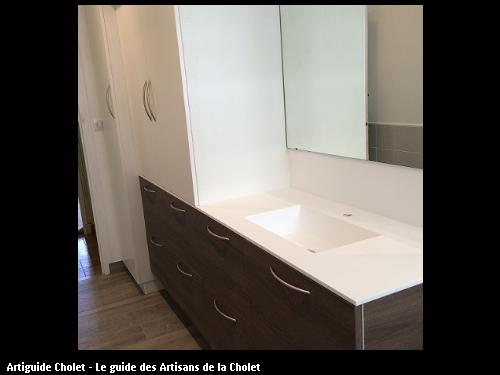 Ensemble meuble de salle de bain, 7 tiroirs, en mélaminé coloris taupe et portes en mélaminé blanc. Plan de travail en Solid Surface KRION 1100 Blanc avec cuve encastré Solid surface Krion blanc, de chez Porcelanosa.