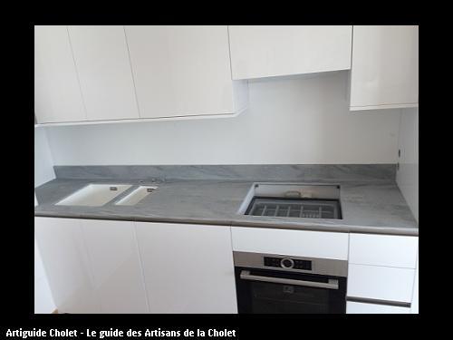 Plan de travail cuisine en Solid Surface Krion coloris Gris SEGESTA, dosseret avec congé en Krion,, cuve encastré.