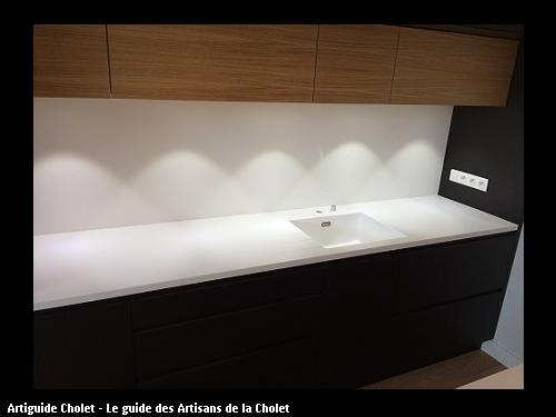 Plan de travail cuisine en Solid Surface KRION Blanc, cuve encastré. Dosseret en Solid Surface KRION Blanc avec congé.