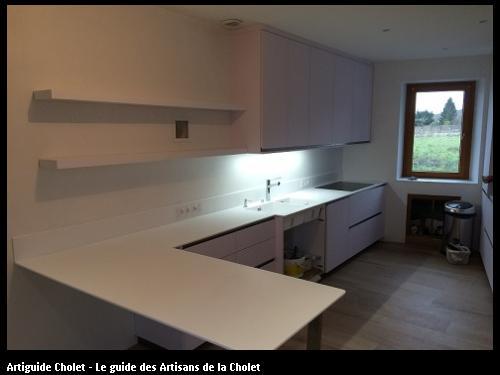 Plan de travail cuisine en Solid Surface KRION Blanc, dosseret en Krion blanc cuve encastré.
