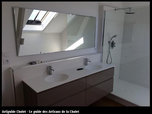 Meuble de salle de Bain, plan de travail en Solid Surface Krion blanc 2 cuves encastrées, dosseret Solid Surface Krion blanc. 4 Tiroirs laquée brillant marron.