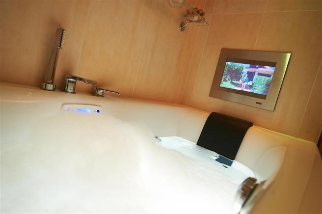 Balnéotherapie air/eau avec ultrason pour un meilleur confort avec un silence amélioré. Télévision étanche avec écran miroir.49300 CHOLET