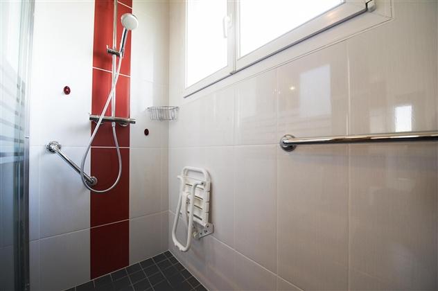Espace douche PMR (Personne à mobilité réduite).49300 CHOLET